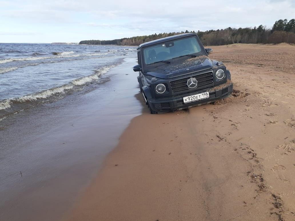 Сегодня утром на берегу Финского залива был замечен застрявший Гелик. Машину обнаружила местная жите...