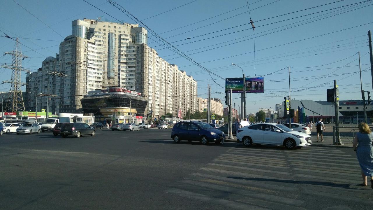 Не работают светофоры на перекрёстке Коломяжского и проспекта Испытателей. Уже произошло мелкое ДТП...