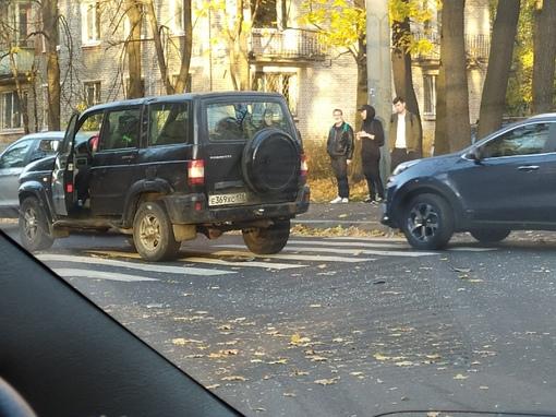 Красный ford с дедулей поворачивал с Новороссийской на на Институтской и Вв него влетел УАЗ Патри...
