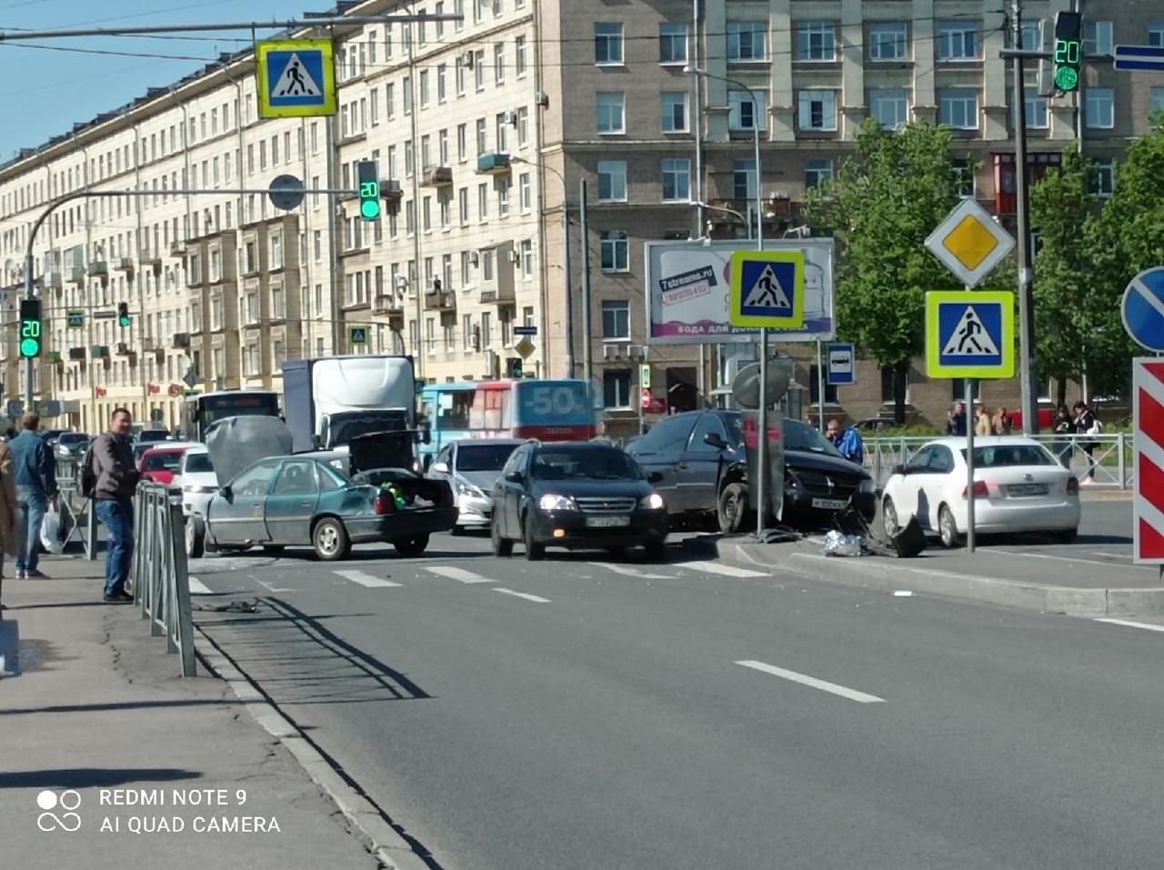 На Бульваре Красных зорь столкнулись две машины Проезда практически нет.