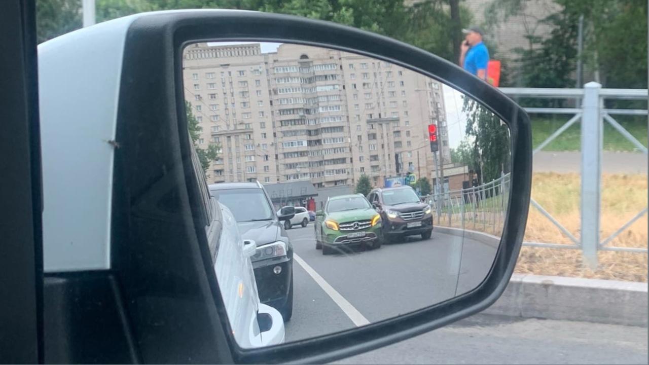 Mercedes и Honda прижались, чтобы погреться, на перекрестке Краснопутиловской и Варшавской.