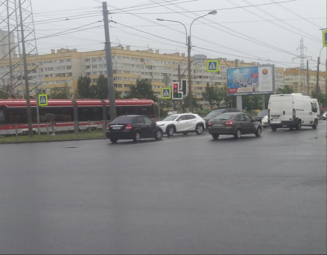 На перекрестке Партизана Германа и Петергофского шоссе Нисан загородил встречную полосу, поэтому об...