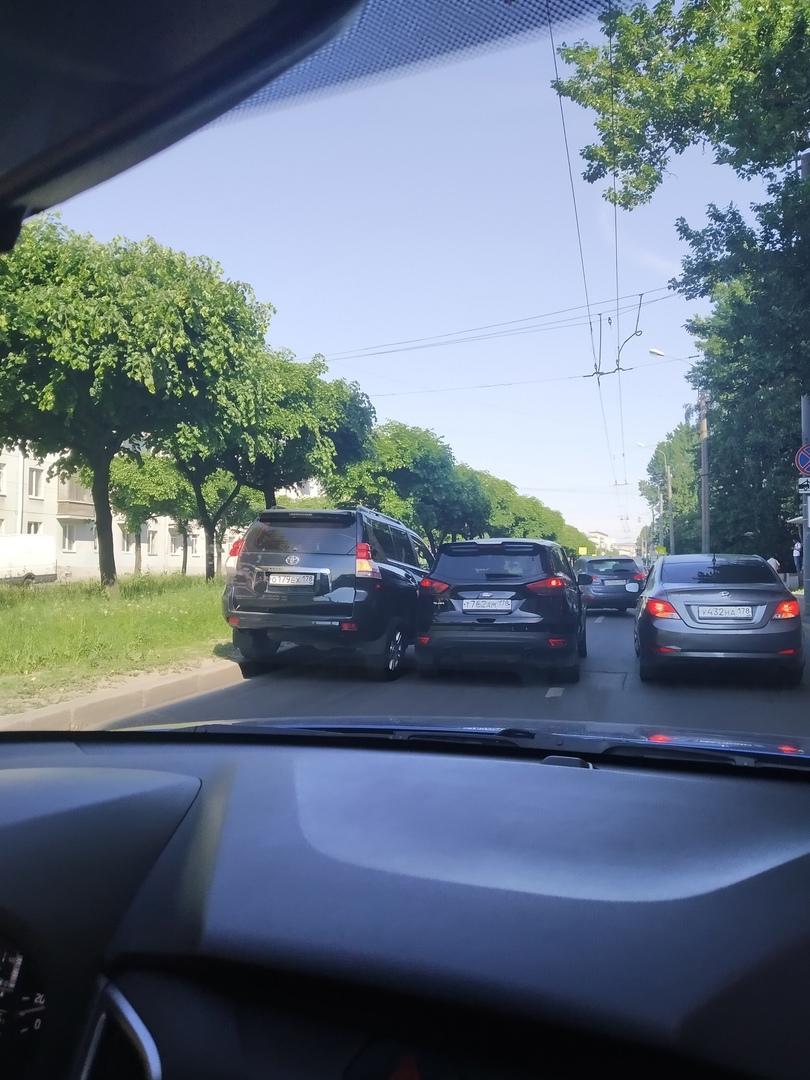 Доброе утро у водителей Тойоты и Форда на Новочеркасском проспекте, рядом с Рижской улицей.