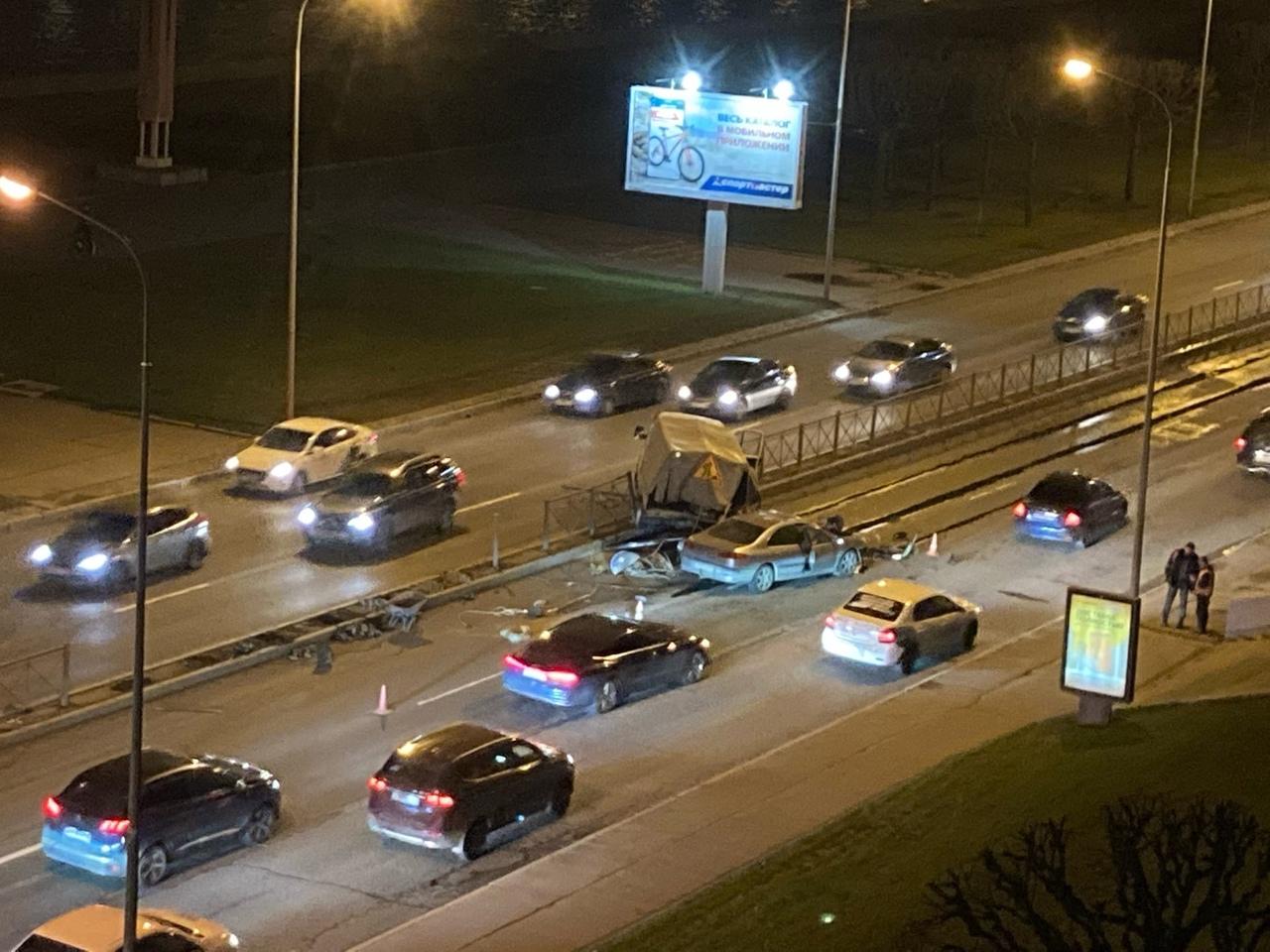 На Свердловской набережной 64 , водитель легкового не заметили ремонтников, люди живы, пострадало т...