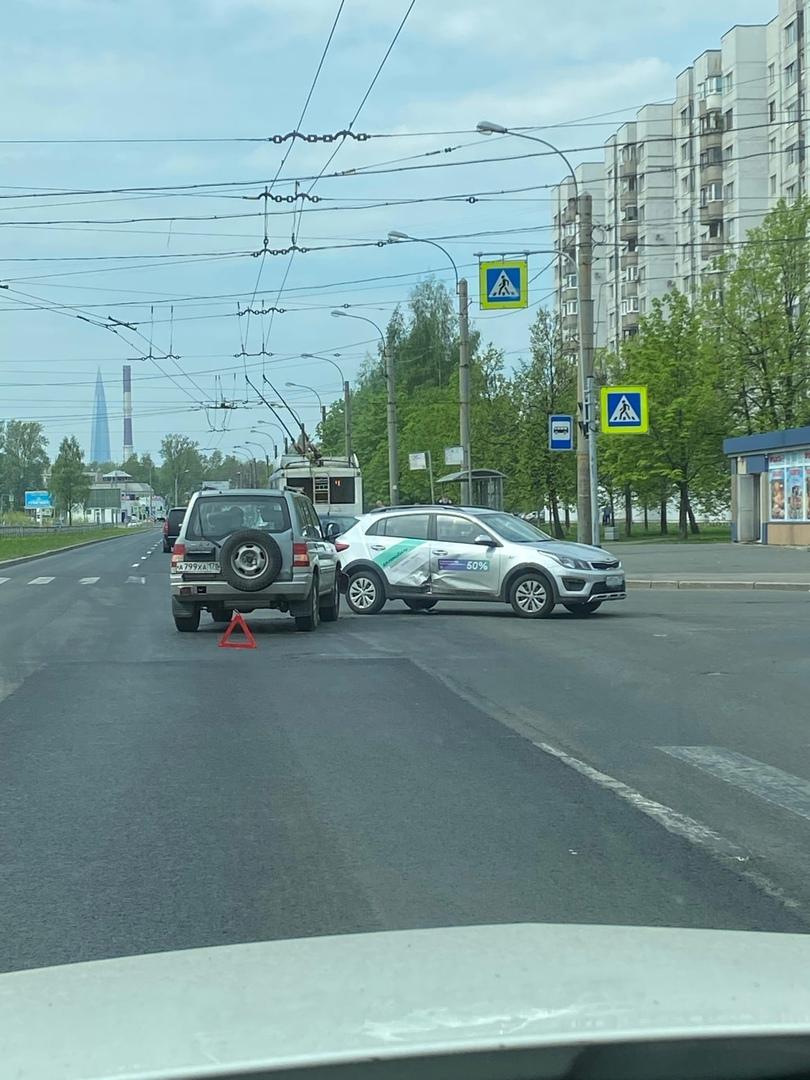 На перекрестке Богатырского с Серебристым каршеринг не пропустил старичка при повороте налево. Пробк...