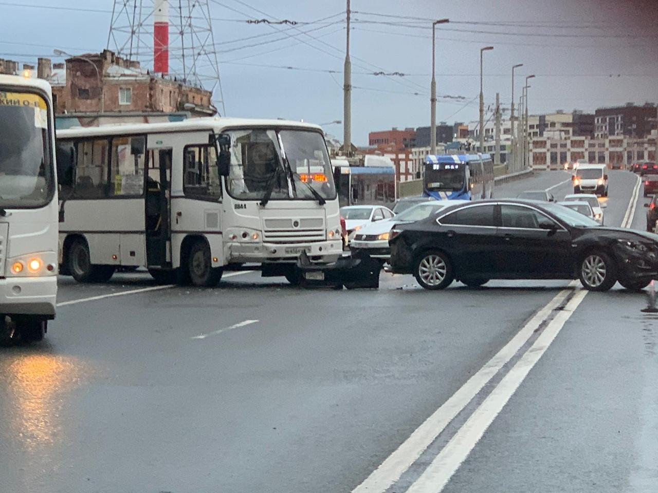 Перед Кантемировским мостом со стороны Лесной. Столкновение маршрутного автобуса и легковухи. У легк...