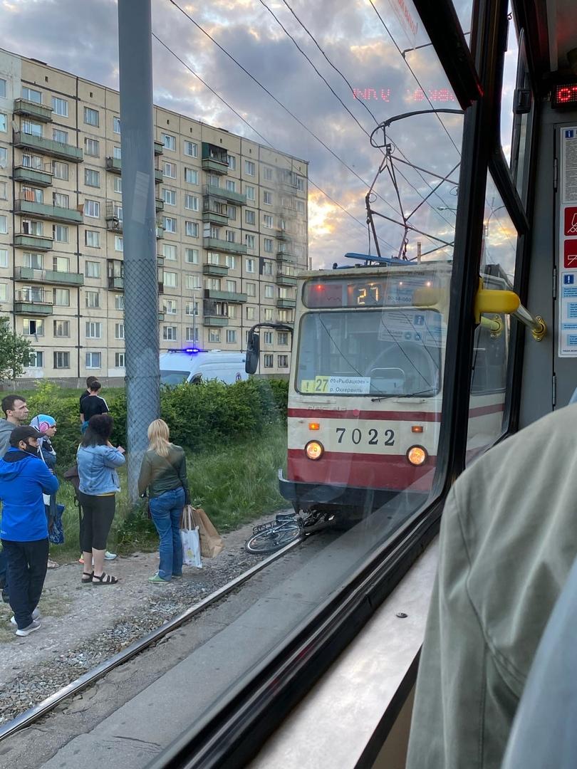"""На остановке трамвая """" Запорожская улица"""" в Невском районе трамвай сбил женщину. Умерла до приезда с..."""