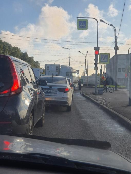 На перекрёстке Софийской и Дунайского Фура зажевала маленькую на развороте. И паровозик на переднем...
