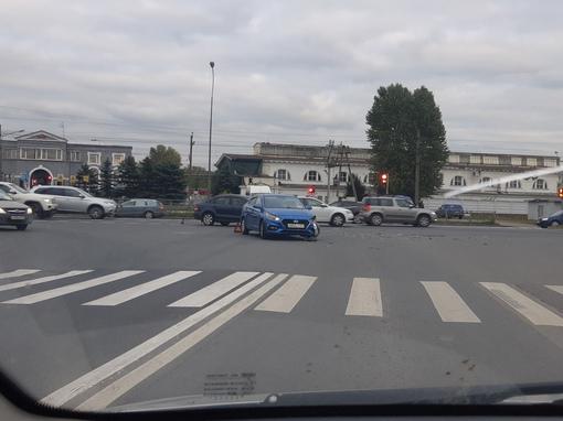 Поло и Solaris столкнулись на пересечении Витебского проспекта и Заставской улицы.