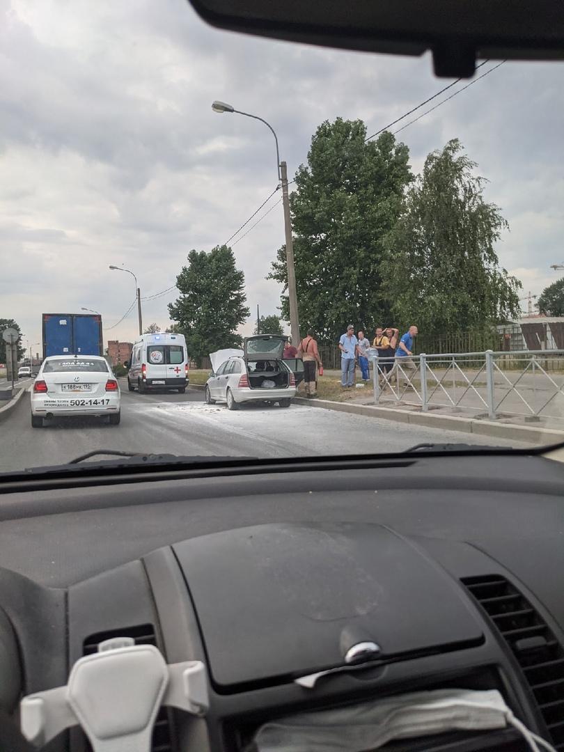 Что-то нехорошее на Митрофаньевском шоссе и пересечении Малой Митрофаньевской. У забора два детских ...