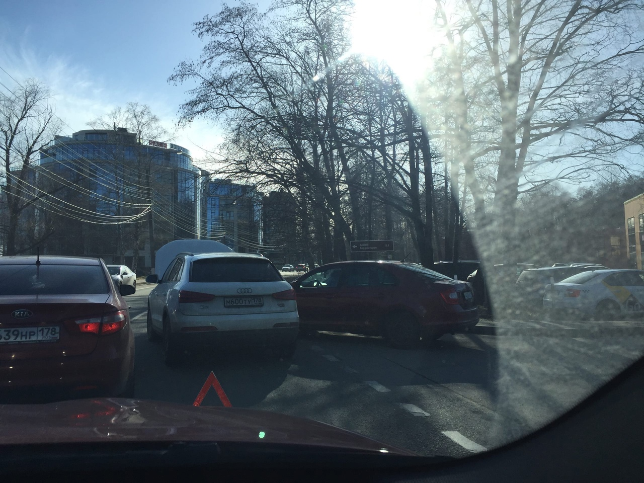 На Приморском шоссе в в Репино столкнулись Audi и Skoda. Объезд через встречку