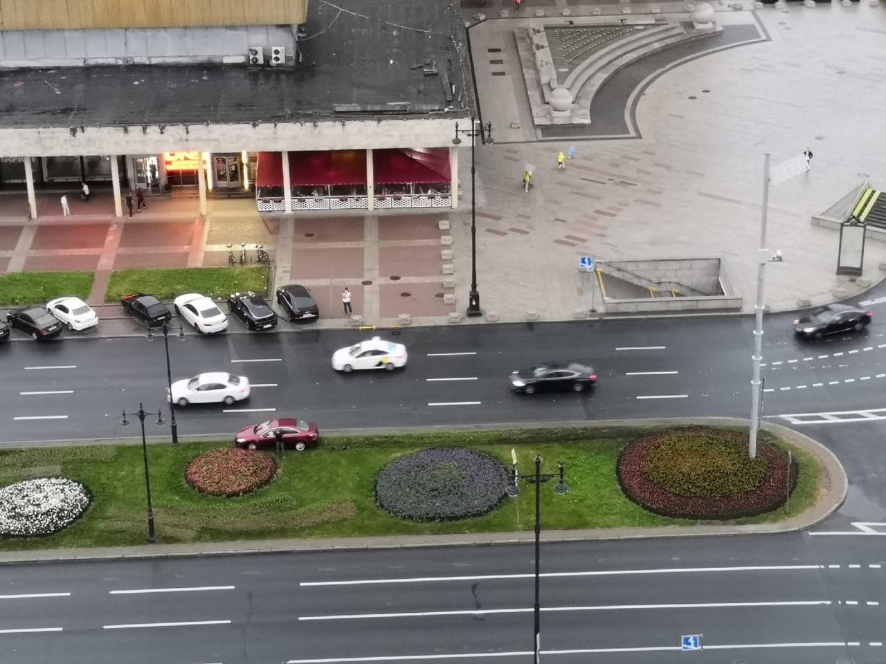 На площади Победы/Московском не вошедший в свою полосу автомобиль красуется на газоне. Других участн...