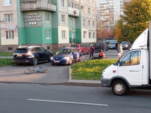 Велосипедист засиделся в телефоне и получил в бочину от водителя Мазды у дома на Наставников, 41, к....