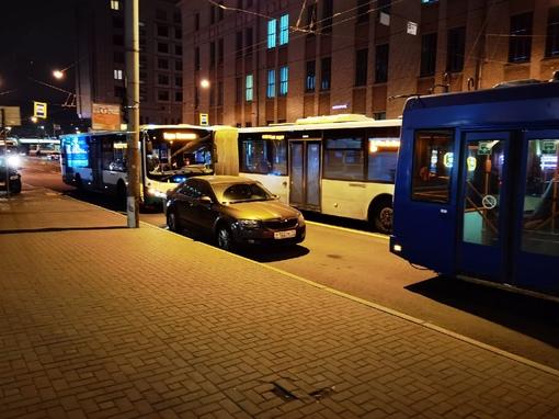 На Херсонской ДТП между автобусом и троллейбусом. Skoda попала под замес, будут все вместе ждать ГАИ...