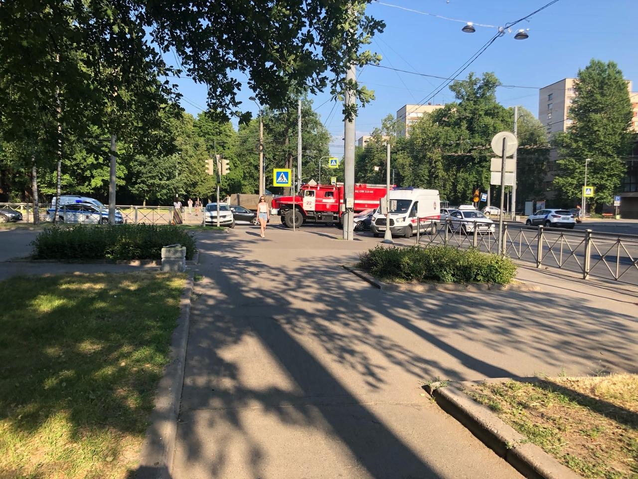 Три участника ДТП на перекрёстке Институтского и 2-Муринского. Ещё 2 часа назад светофор не работал...
