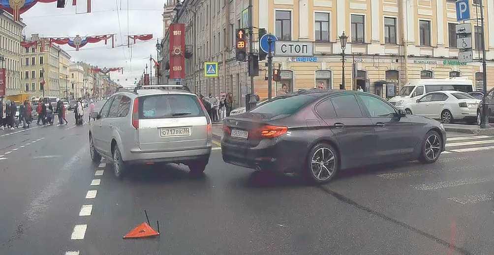 Фокус и БМВ не поделили перекресток Невского и Грибоаедова.