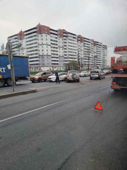В Ленсоветовском, Московское шоссе. 4 или 5 машин пострадало. Пробка в обе стороны.