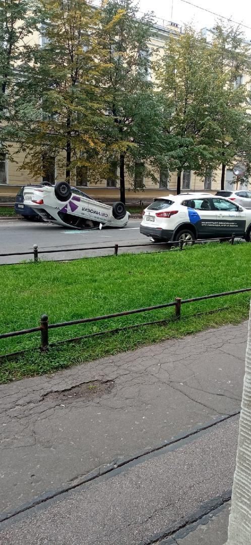 На 18-19 линии В.О. Ситимобил врезался в припаркованный Яндекс Драйв и перевернулся.