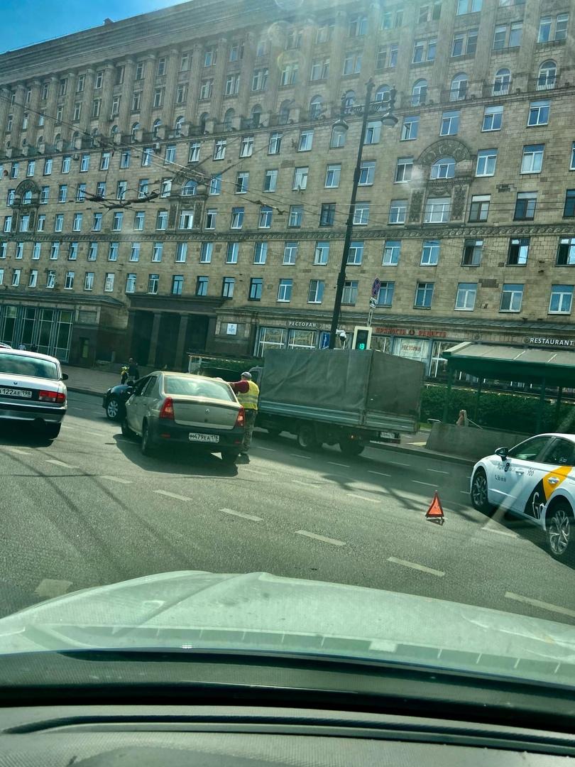 Renault и Toyota притерлись на повороте с Типанова на Московский. Проезду мешают.