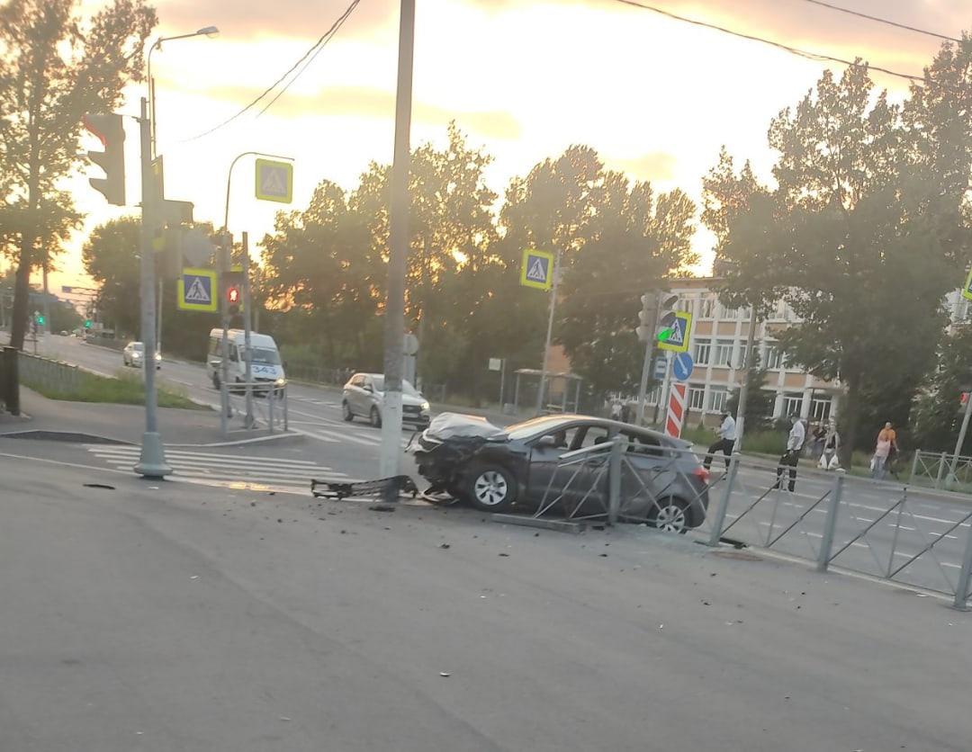 В Стрельне, на улице Гоголя Киа ударилась об столб