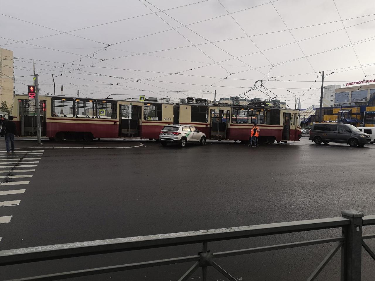 Каршеринг побадался с трамваем на перекрёстке Авиаконструкторов и Стародеревенской