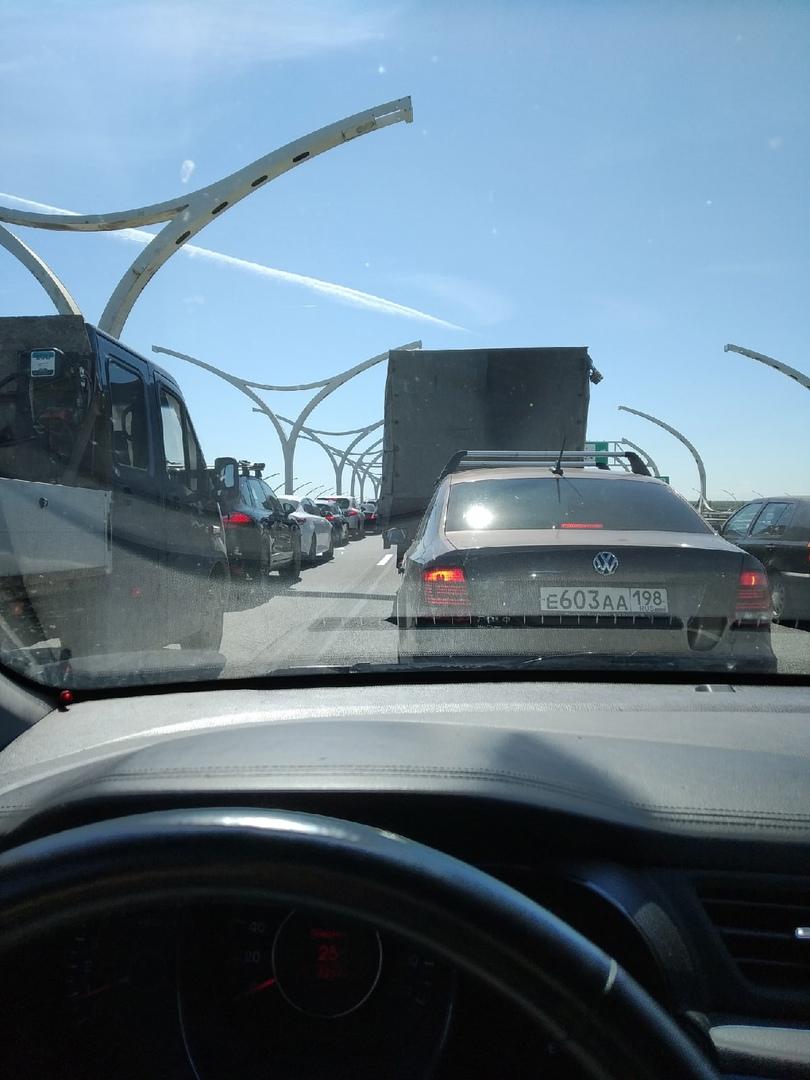 Стоит съезд с ЗСД на КАД в районе Дачного. КАД перед съездом на Красносельское шоссе стоит наглухо ...