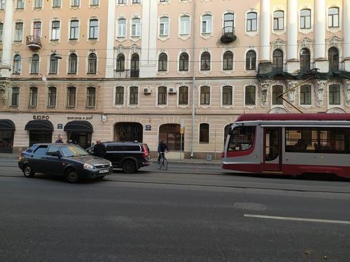 Авария на трамвайных путях на Среднем пр. В.О., 50. Трамваи стоят в обе стороны