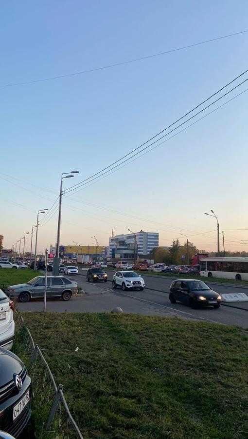 Беспощадная пробка на Шлиссельбургском проспекте в сторону метро Пролетарская. Виной всему-ремонт до...