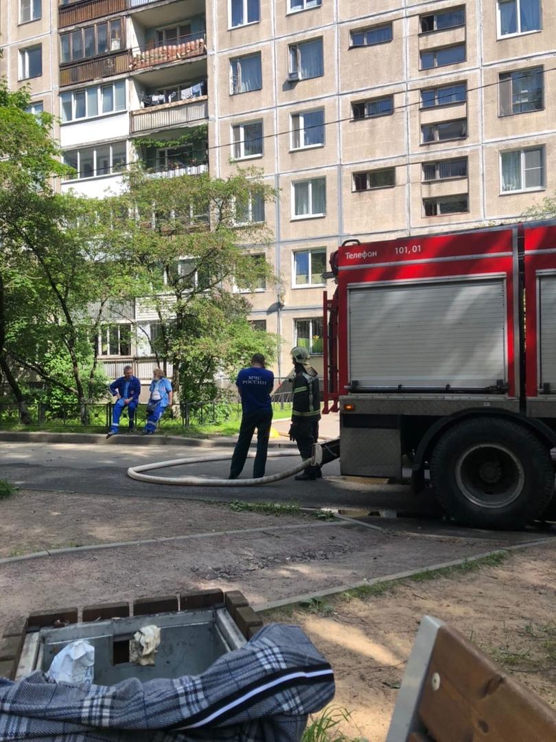 Какой-то непонятный движ на Ивана Фомина 7к2. Ни дыма, ни огня, но службы сидят скучают.