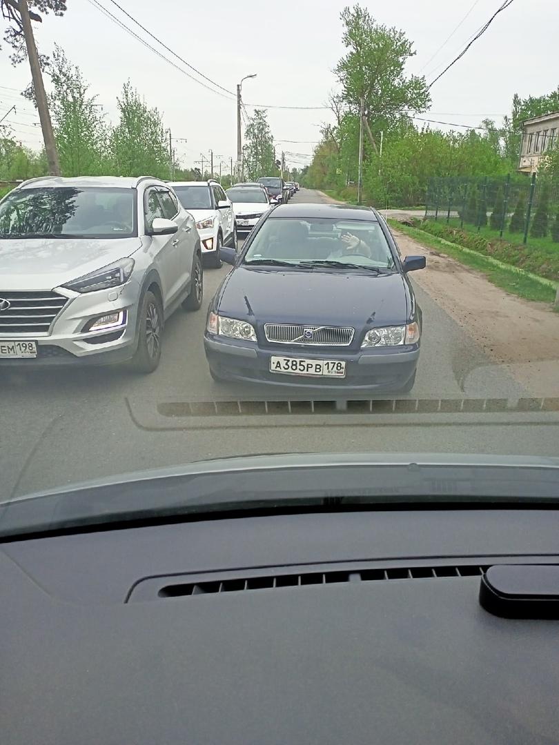 В поселке Сергиево на Интернациональной мужчина-водитель Volvo по встречной полосе обгонял поток ма...