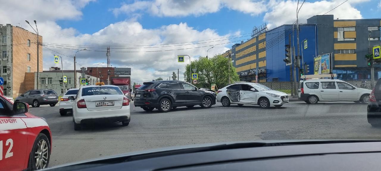 Mazda запилила дверь Hyundai на перекрёстке Софийской и Южного шоссе