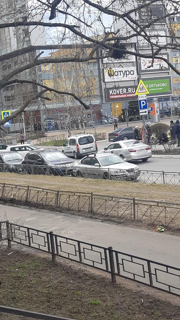 На Шостаковича у мебельного гранда Яндекс еда не проскочил перед поворачивающей автоледи. Стражей не...