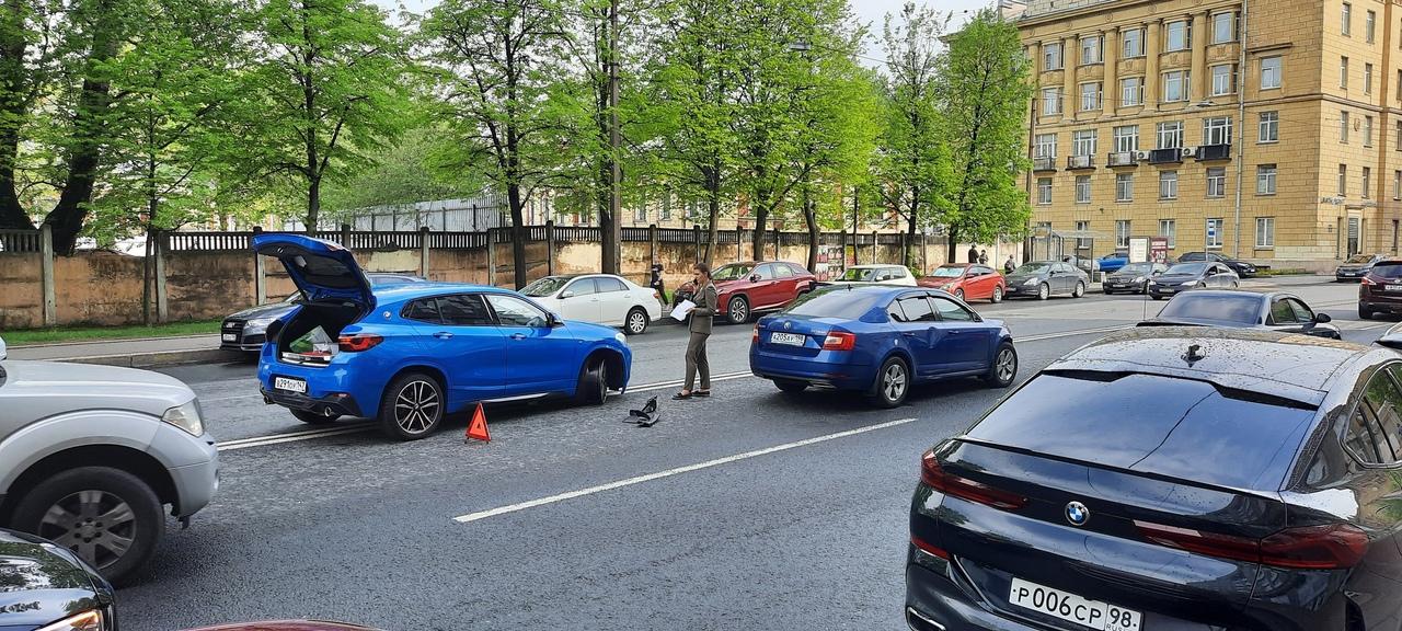 Новгородская улица напротив супермаркета Лента. Прямо на двойной сплошной Skoda и БМВ. Синенькие. Дв...