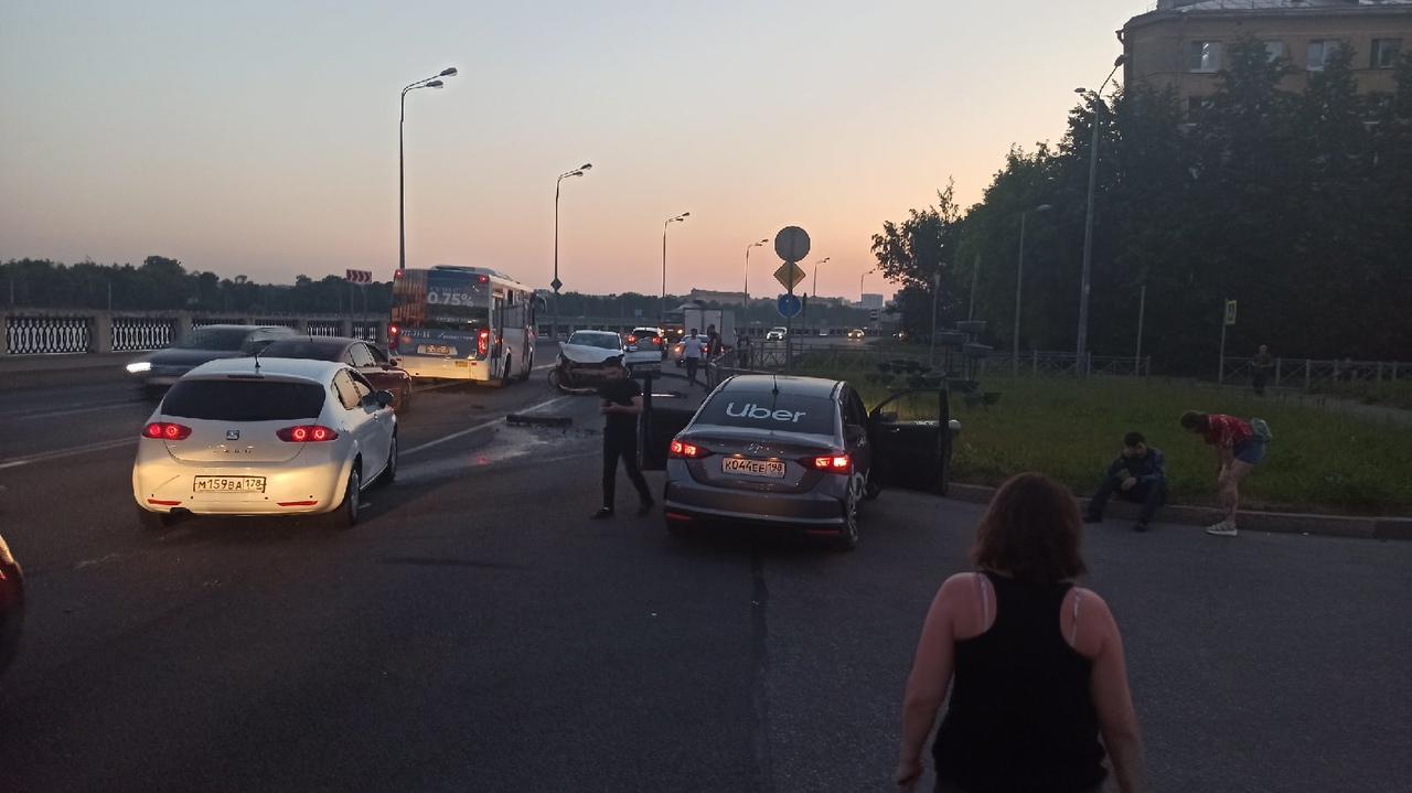 На Октябрьской набережной у Паткановской в сторону центра. Столкнулись убер и Яндекс драйв. Набережн...