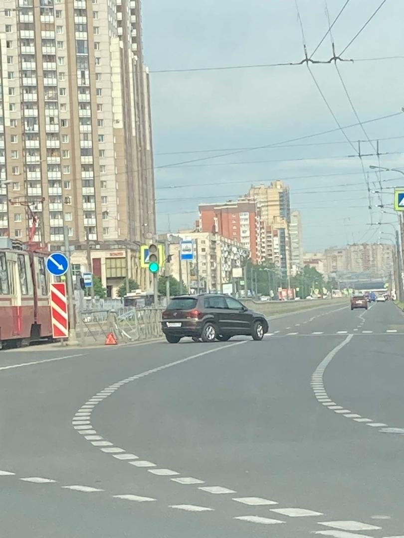 Volkswagen ушибся о забор на Испытателей в районе развилки с Богатырским.