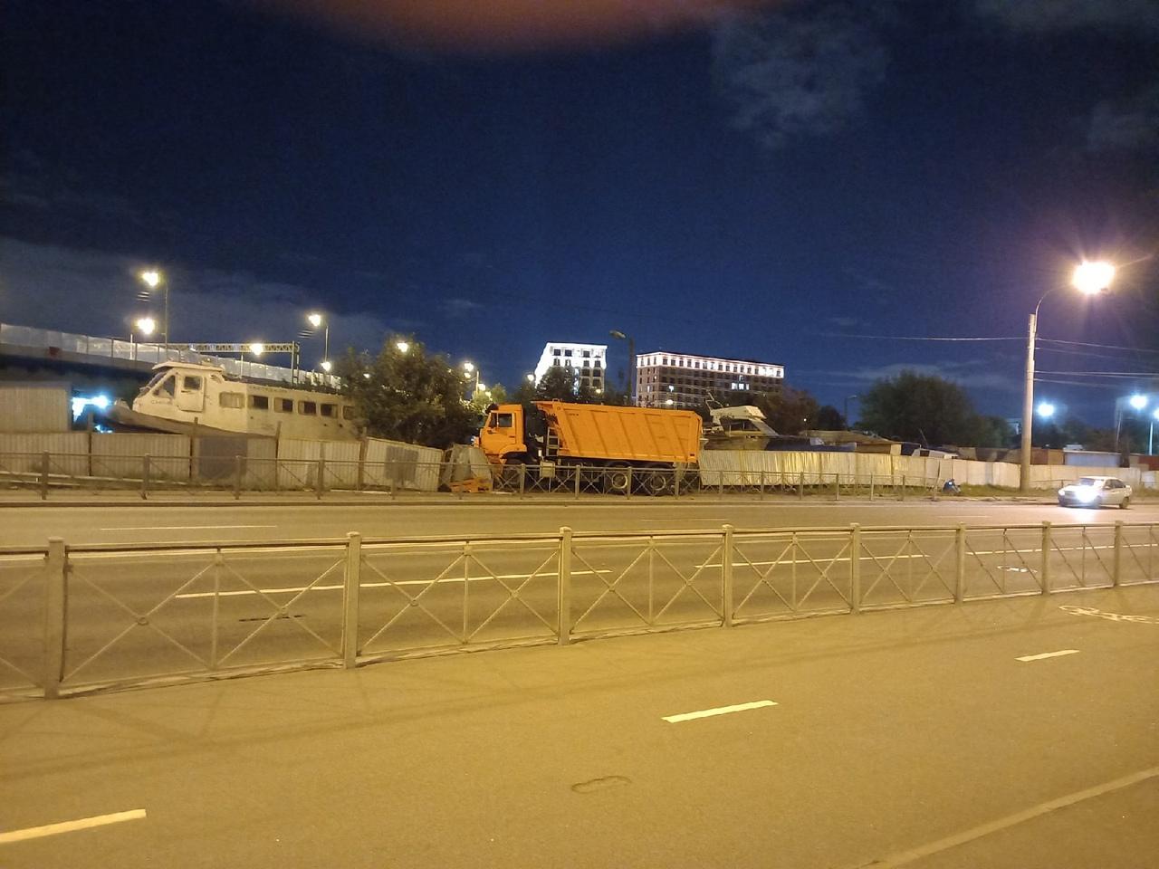 В 21:30 на Морской набережной, Камаз проводил инспекцию на стоянке катеров. Предварительно сломав дв...