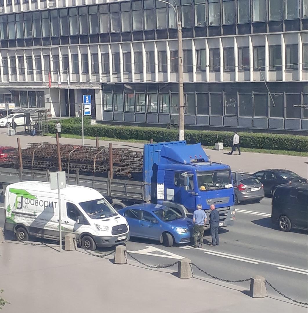 Громко обсуждают причины и последствия ДТП водители Renault и большегруза на Кантемировской ул. напроти...