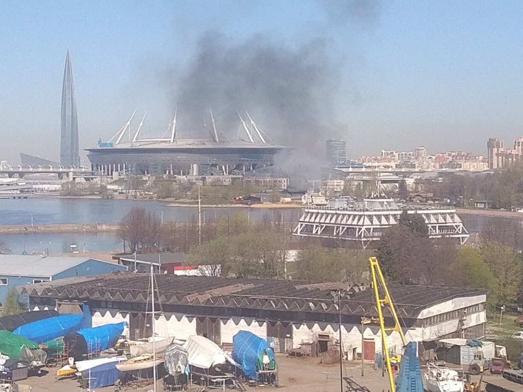 Что-то горит на Крестовском вдоль Южной дороги возле ресторана или сам ресторан. UPD: снимают кино.