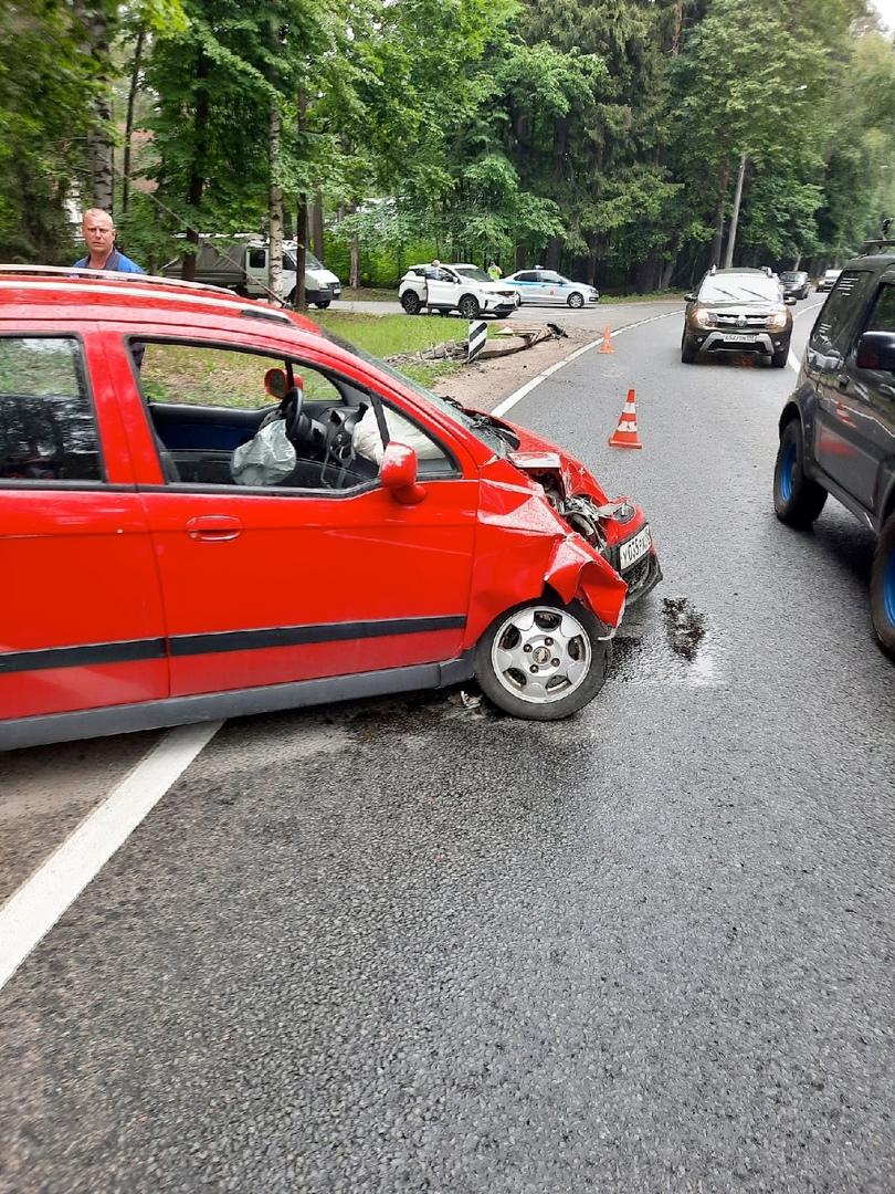 На Приморском шоссе произошла авария между Chevrolet и столбом. UPD: уже ставят новый столб.