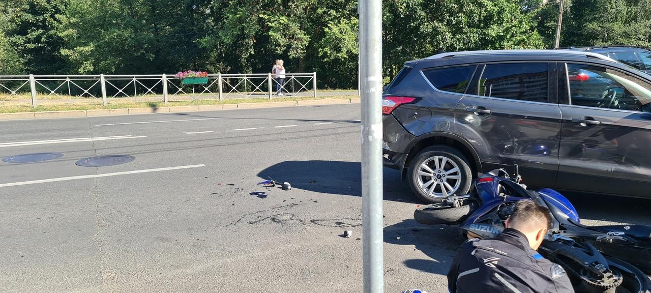 В Сестрорецке на Токарева Куга сбила мотоциклиста, Пилота забрала скорая