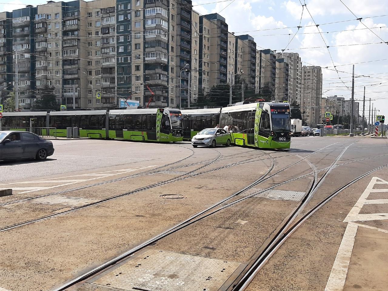 На пересечении Ириновского и Наставников дтп с трамваем. Чижики стоят в обе стороны. Это всё на фоне...