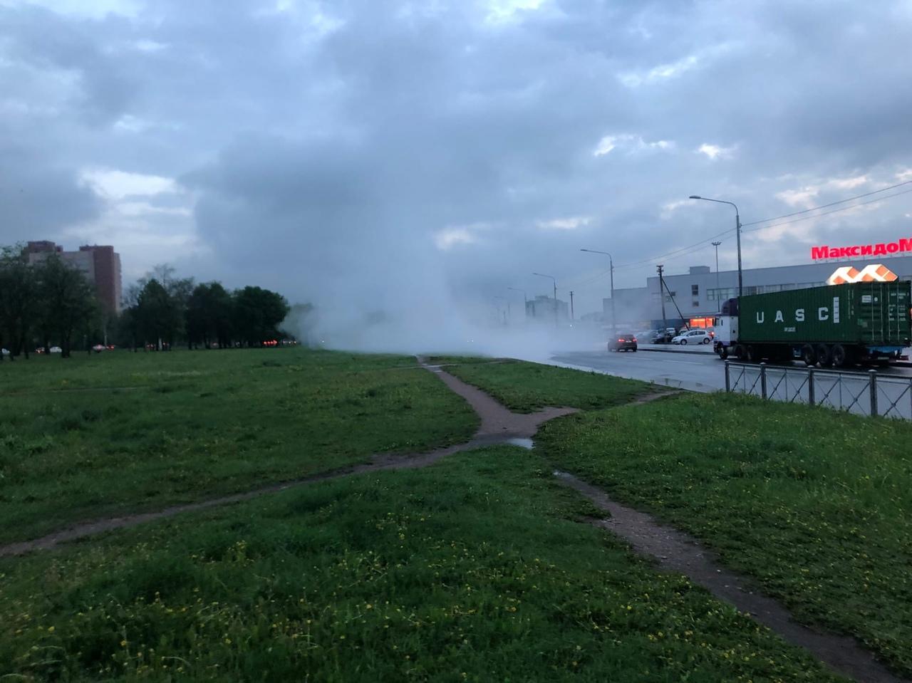 Прорвало трубу возле Максидома на Ленинском