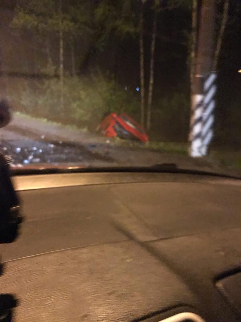 Ночью на Зеленогорском шоссе столкнулись два автомобиля. Красную иномарку отбросило в кювет. У пика...