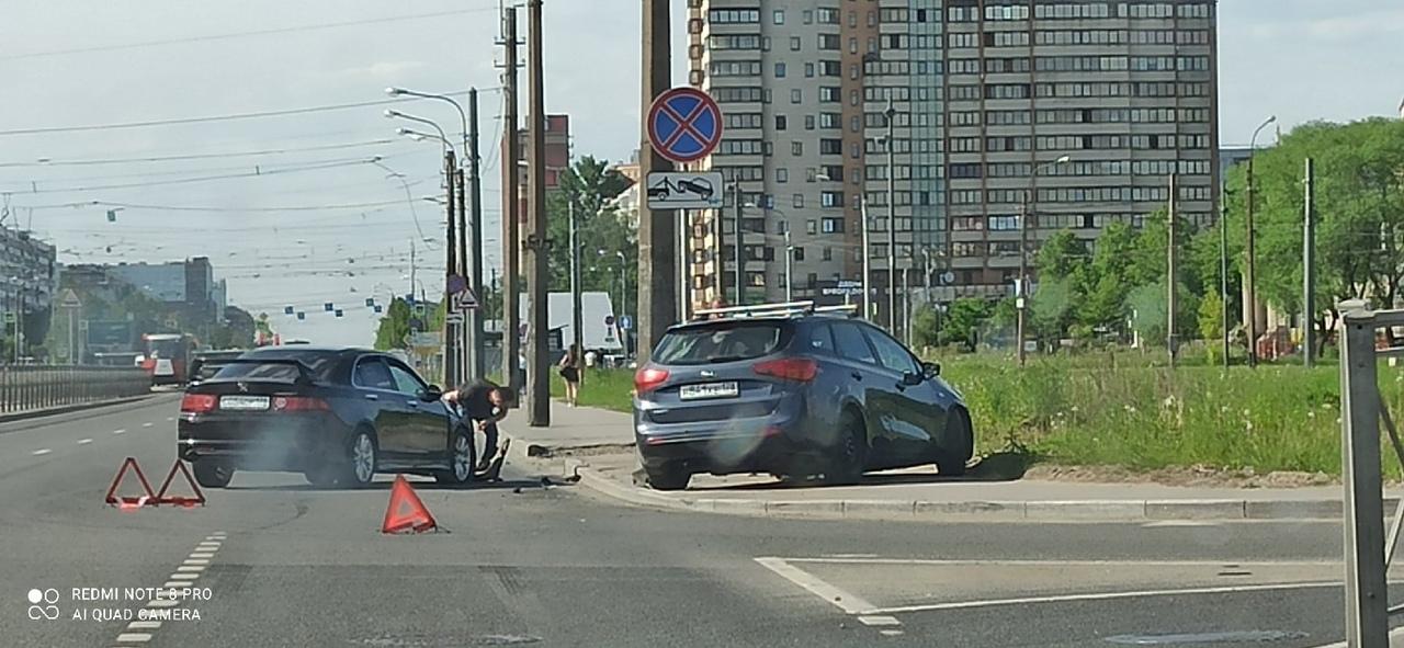 Киа и Honda не поделили проезд перекрёстка Бухарестской и Южного шоссе Водитель Киа не пропустил Хо...