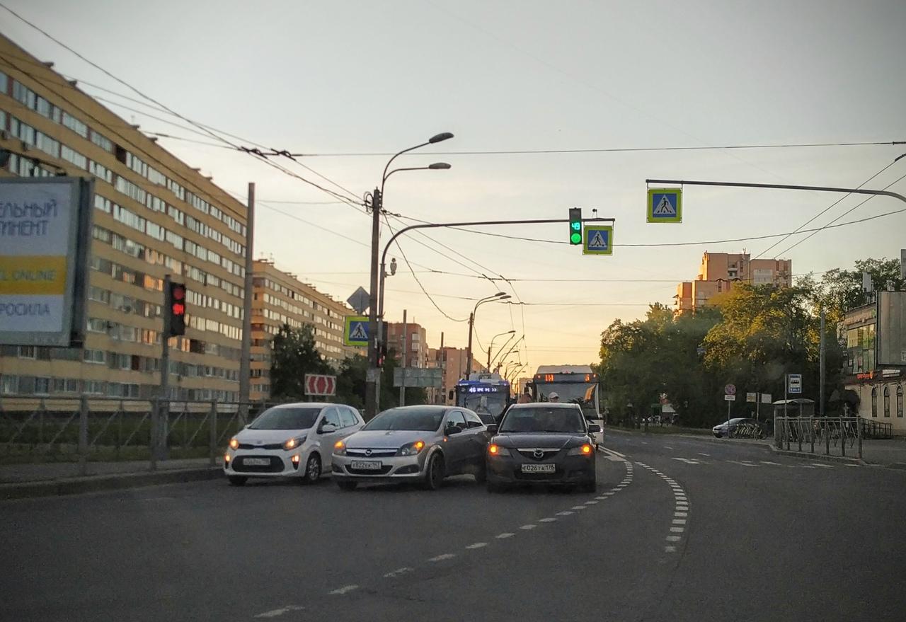 Водители Opel и Mazda не поделили перекрёсток трёх магистралей: Ветеранов, Подводника Кузьмина и Зин...