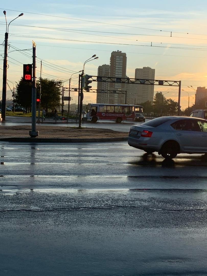 На перекрёстке Дунайского и Бухарестской снесли светофор. Водителя на месте уже нет, пострадавших (н...