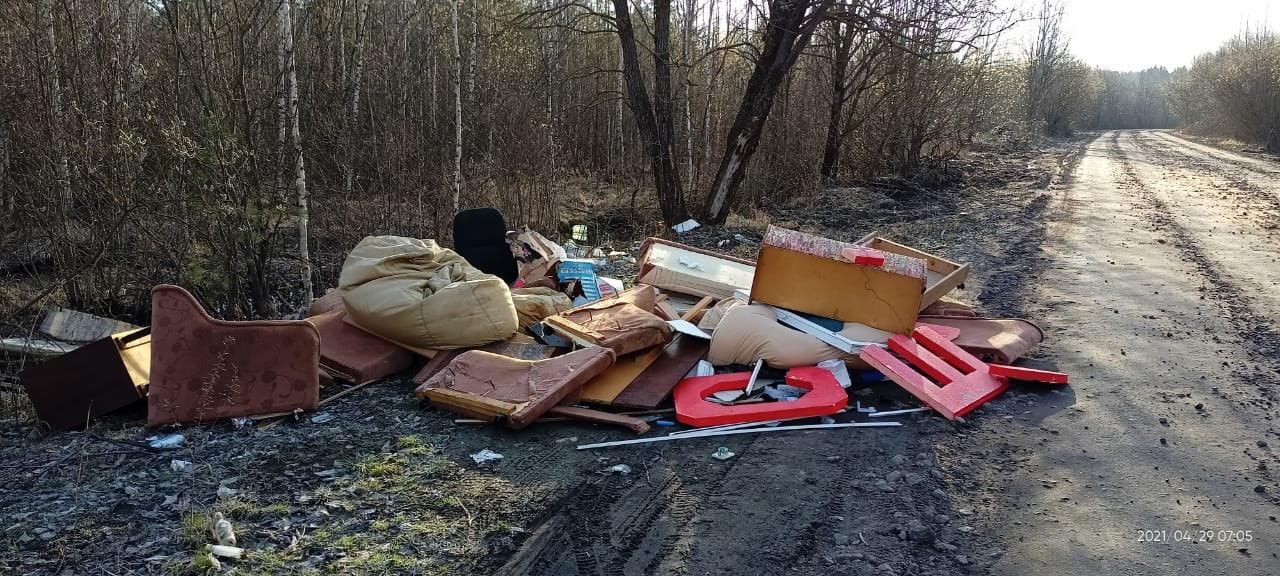 """Очередной мусор не довезли до полигона """"Северная Самарка"""" и скинули на лесной дороге к садоводствам ..."""