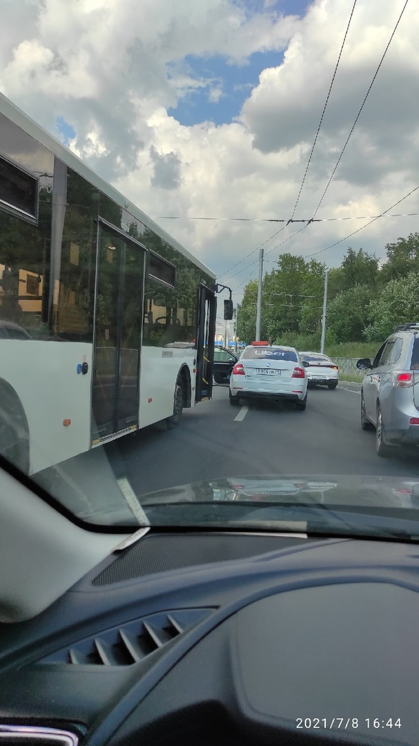Убер попал под раздачу от автобуса на Косыгина возле жд моста