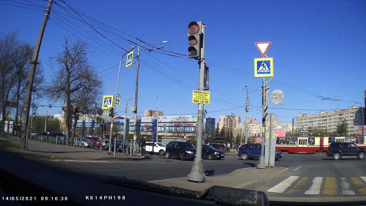 На перекрёстке Стачек и Трамвайного два народных немецких автомобиля - Тигуан и Поло - перегородили ...