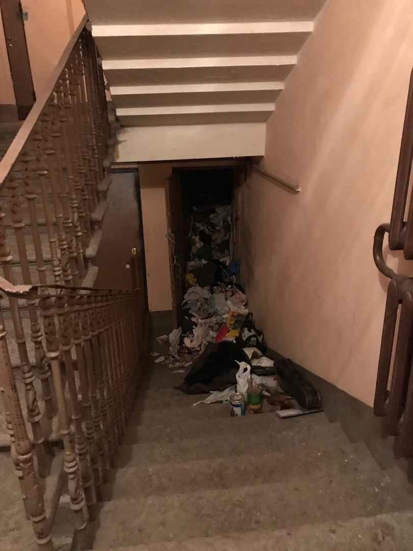 Сгорела заваленная хламом квартира в доме 9 в Озерном переулке. Каждый день в квартиру, где живет ...